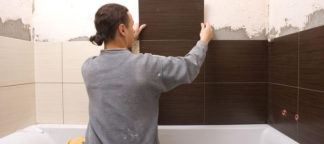 Как класть плитку в ванной на стены